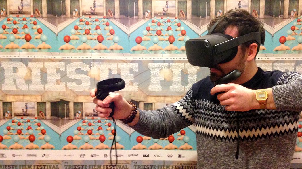 Spettatore con il visore VR (crediti foto: Davide Ludovisi)