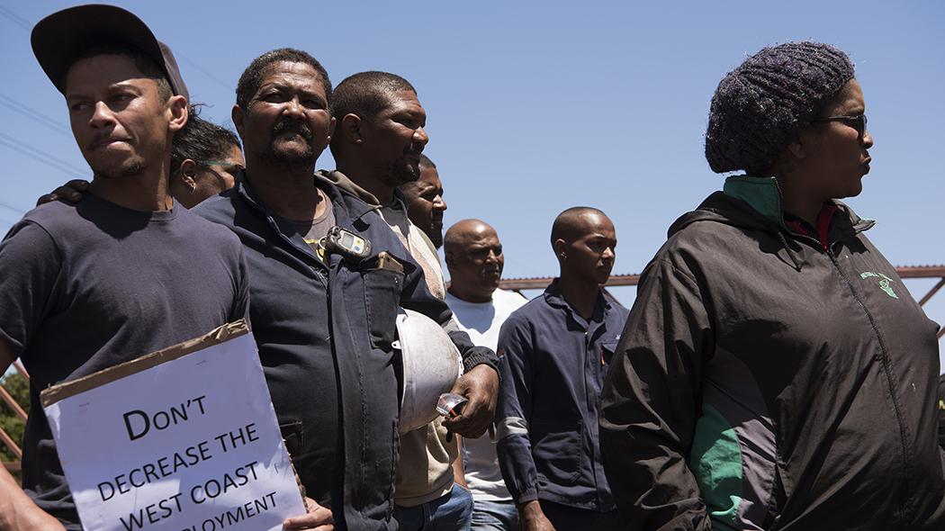 Lavoratori sudafricani protestano per la possibile chiusura di un impianto dell'Arcellor Mittal vicino a Città del Capo (foto: BOSCH/AFP via Getty Images)