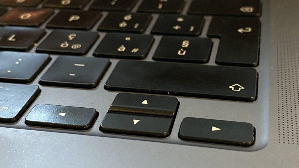Particolare della tastiera del MacBook Pro 16: i tasti freccia a T rovesciata