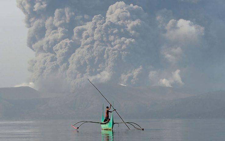 Filippine, cenere e lava dal vulcano ...