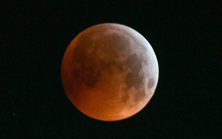 Eclissi totale: la Super Luna Rossa illumina il cielo. FOTO