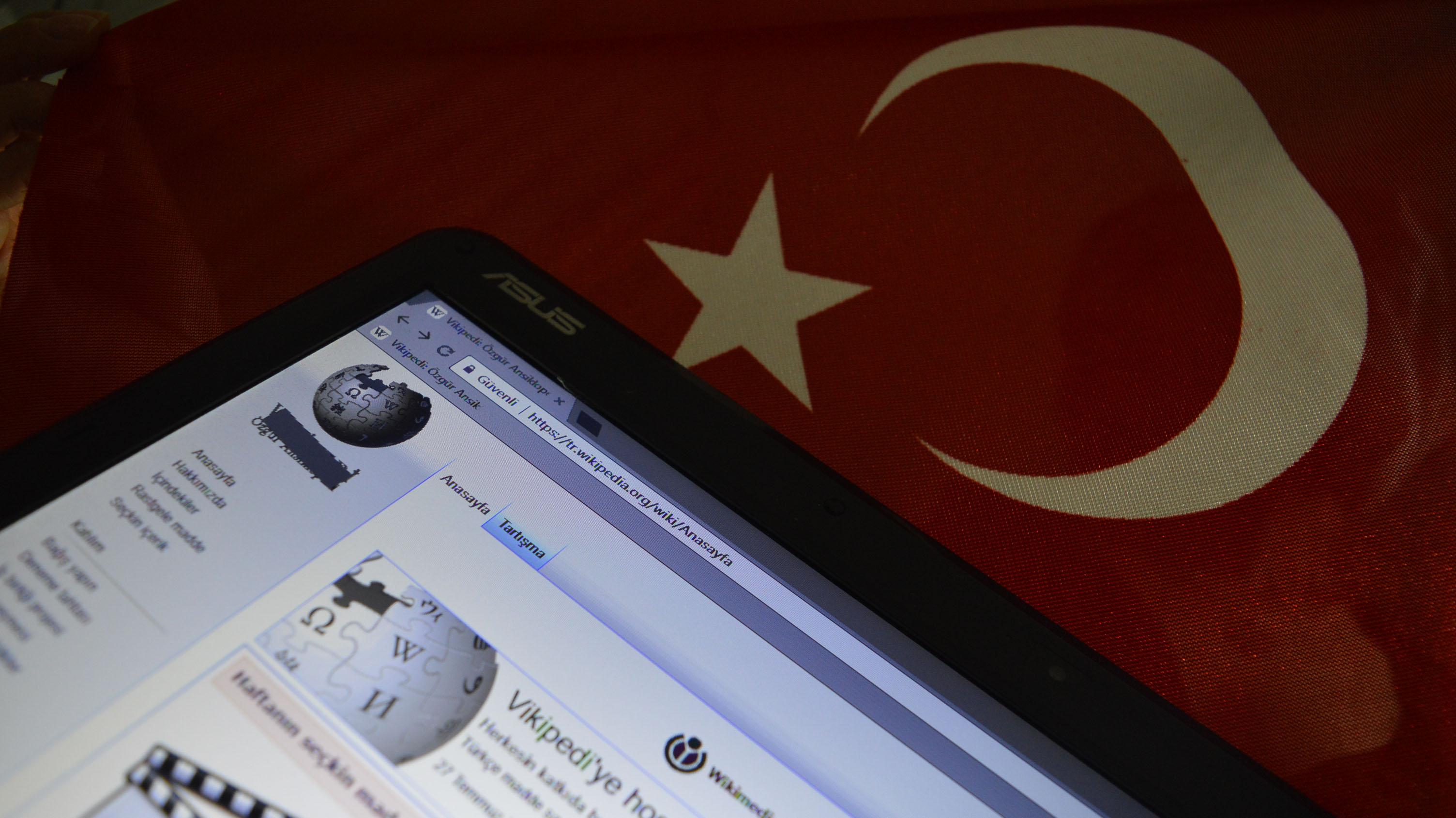 Il 29 agosto 2017 il governo turco aveva bloccato l'accesso a Wikipedia nel paese. (crediti foto: Altan Gocher/NurPhoto via Getty Images)