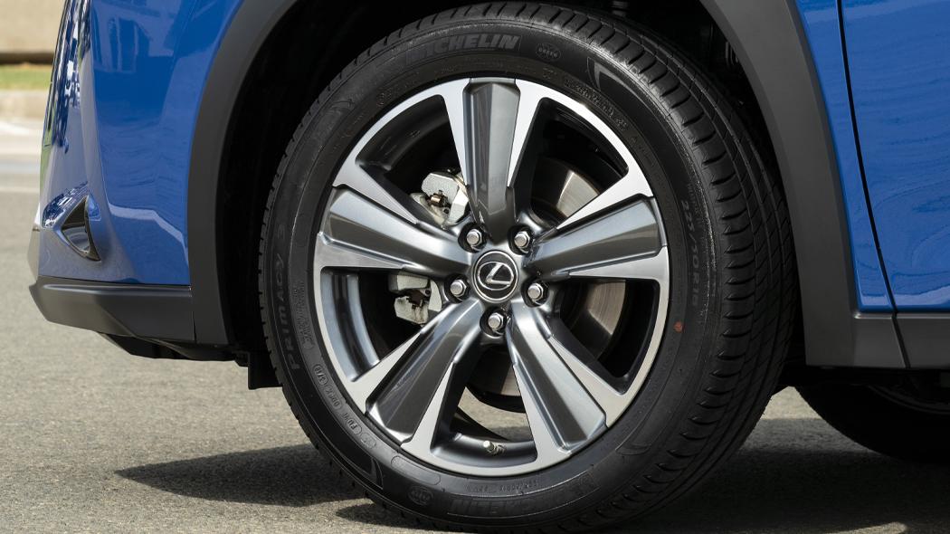 Gli pneumatici da 17 pollici di Lexus UX 300e